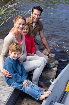 湖で幸せな家族
