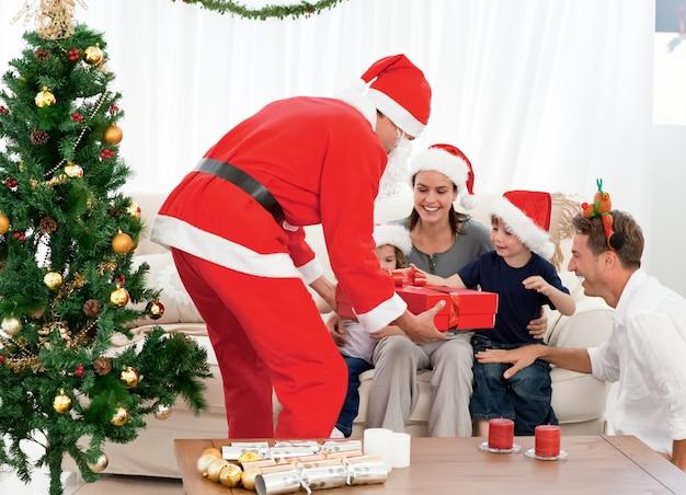 Счастливая семья на рождественский вечер дома