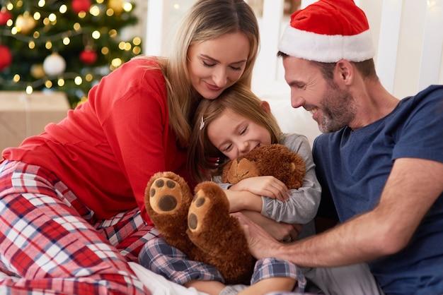 Счастливая семья во время рождества