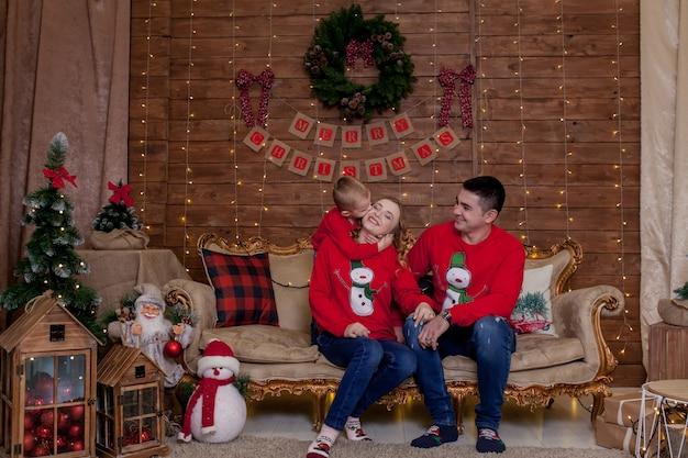 Счастливая семья дома возле елки