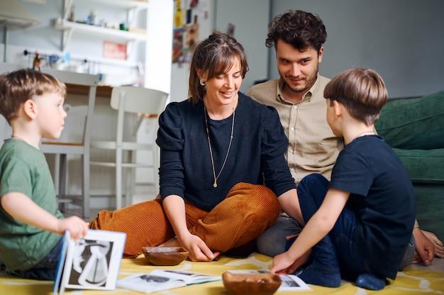 Счастливая семья дома читает рассказ