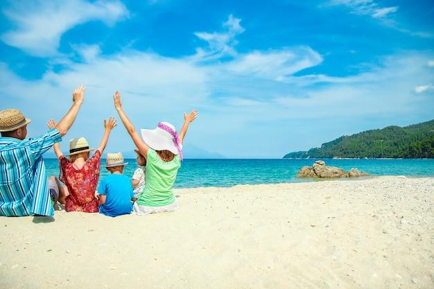 自然の背景にギリシャの海で幸せな家族