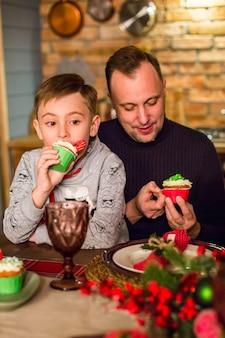 Счастливая семья за столом в канун нового года