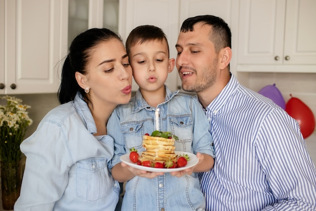幸せな家族、家で赤ちゃんの誕生日