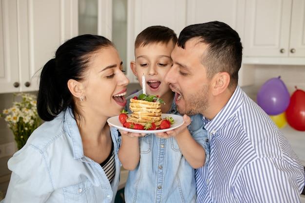 행복한 가족, 집에서 아기의 생일