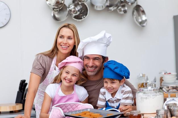 キッチンで焼く幸せな家族