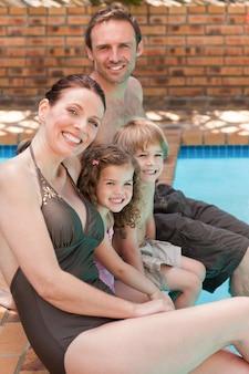 プールのそばの幸せな家族