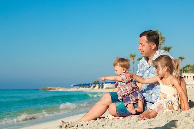 야외에서 바다로 행복한 가족