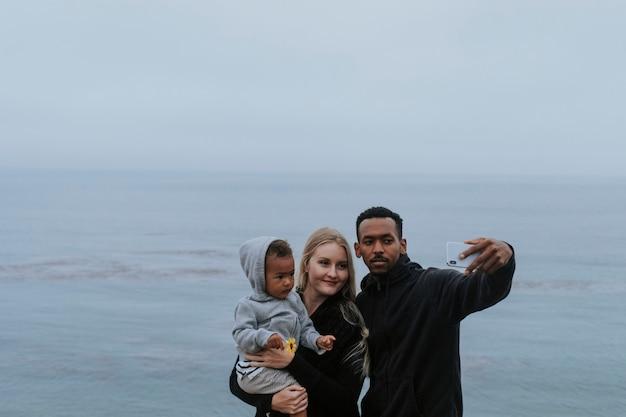 물에 의해 행복한 가족