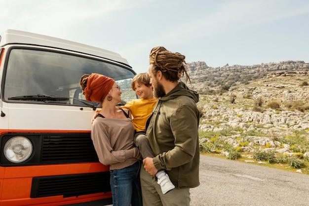 Счастливая семейная автомобильная поездка