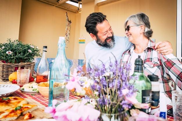 幸せな家族の白人の人々は、笑顔の男性と女性の間の抱擁と楽しみと母息子シニア大人の年齢の概念をカップルします