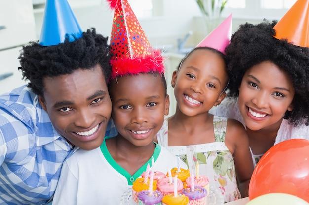 함께 생일을 축하하는 행복한 가족