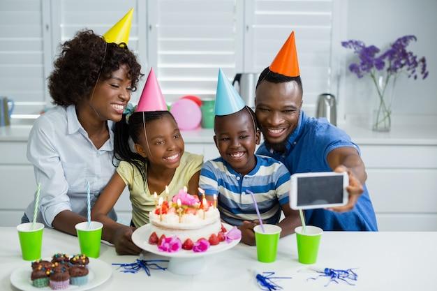 自宅で誕生日パーティーを祝う幸せな家族