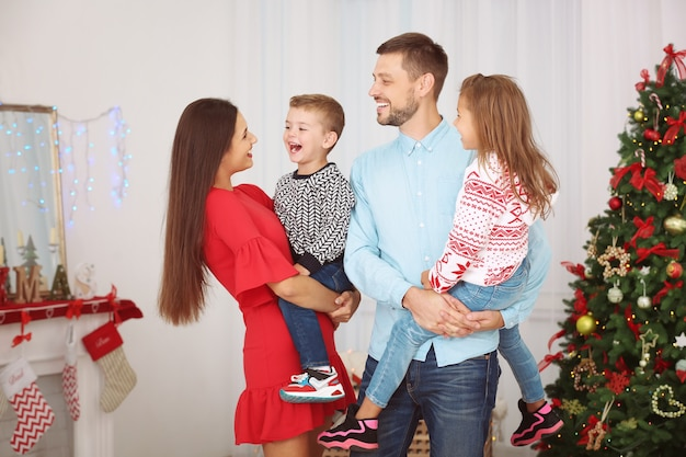 집에서 크리스마스를 축하하는 행복한 가족