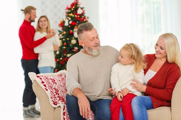 家でクリスマスを祝う幸せな家族