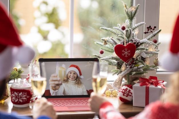 격리 된 비디오 채팅으로 온라인으로 크리스마스 휴가를 축하하는 행복한 가족. 잠금 머물 집 개념. 유행성 코로나 바이러스 covid 19 동안 크리스마스 파티