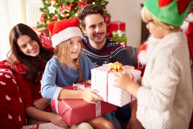 함께 크리스마스를 축 하하는 행복 한 가족