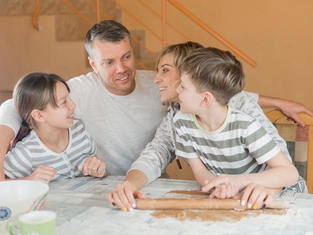 Счастливая семья празднует день отца