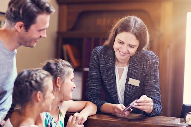 리셉션 데스크에서 호텔 체크인 행복한 가족
