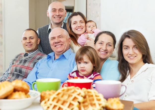 Счастливая семья общается за чаем