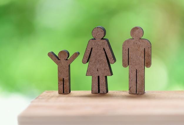 幸せな家族の概念、父、母、子供の木製モデル