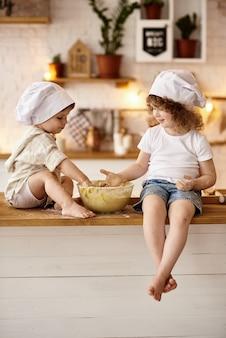 부엌에서 요리하는 행복 한 가족
