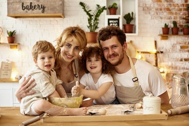 Счастливая семья готовит на кухне