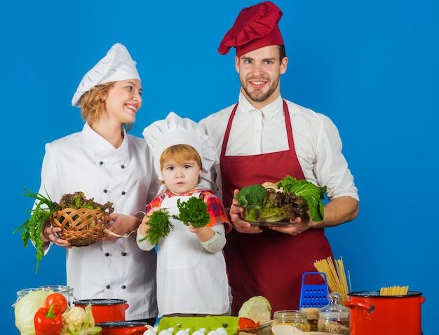 一緒に料理をする幸せな家族。家庭での健康食品。家族料理。