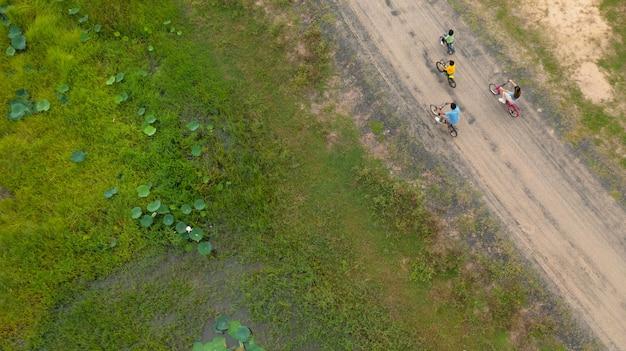 야외에서 자전거를 타는 행복한 가족, 아이들이 있는 활동적인 부모는 재미, 가족 스포츠 및 피트니스, 위에서 공중 전망을 감상할 수 있습니다.