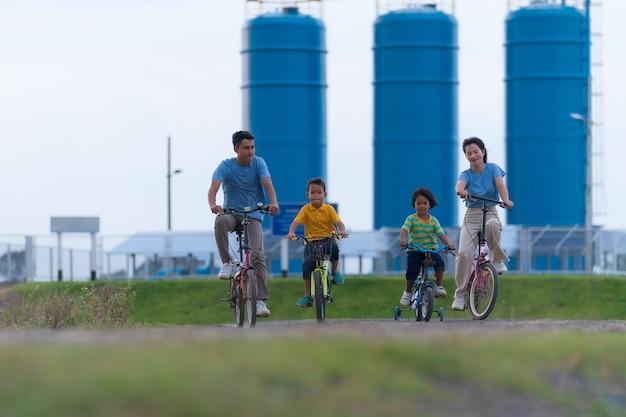 屋外で自転車に乗って幸せな家族のサイクリング、子供を持つアクティブな親は楽しい、家族のスポーツとフィットネス、休暇、田舎でリラックス