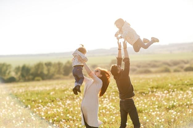 Дочь счастливая семья обнимает своего папу на отдыхе.
