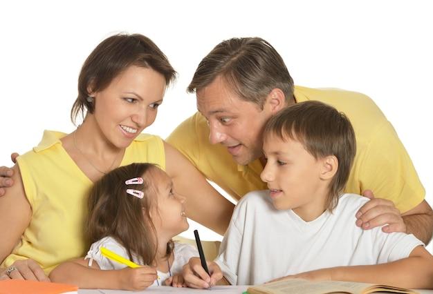 함께 테이블에 그림을 그리는 행복한 가족