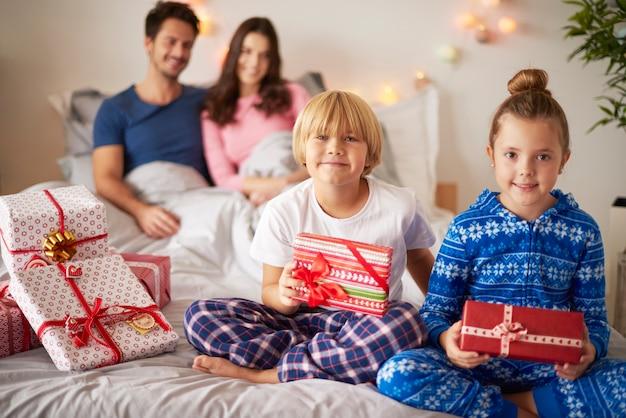 クリスマスの時期に幸せな家族