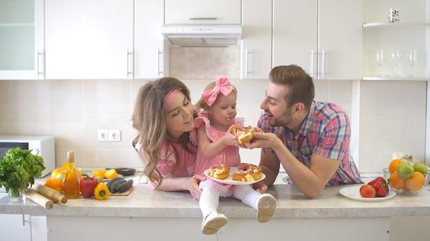 台所でケーキを食べて幸せな家族