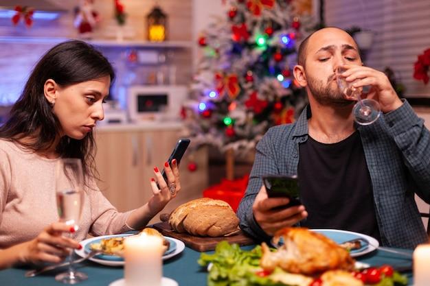 Famiglia felice che mangia una cena deliziosa seduta al tavolo da pranzo
