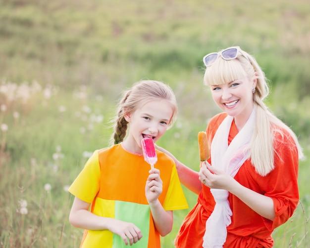 Счастливая семья ест мороженое на открытом воздухе