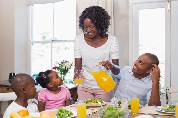 함께 건강한 식사를 즐기는 행복한 가족