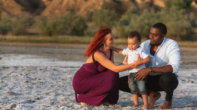 休暇を楽しんでいる幸せな家族。ライフスタイル旅行休日休暇夏のコンセプト。