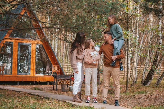 屋外で秋の日を楽しんで幸せな家族