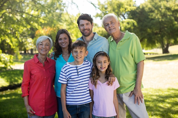 Счастливая семья наслаждается в парке