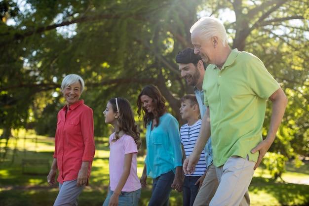 公園で楽しんで幸せな家族