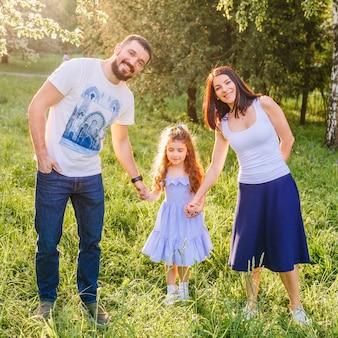 Счастливая семья, наслаждаясь в парке