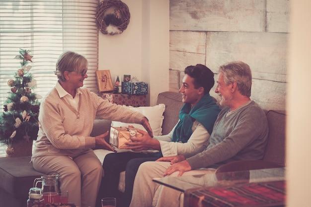 クリスマスイブのお祝いに贈り物を交換する幸せな家族