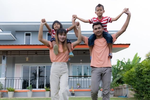 행복한 가족, 팔짱을 끼고 야외에서 즐거운 시간을 보내는 흥분한 가족