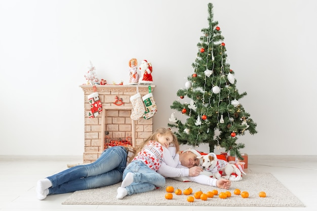 家のクリスマスツリーで幸せな家族の父と子