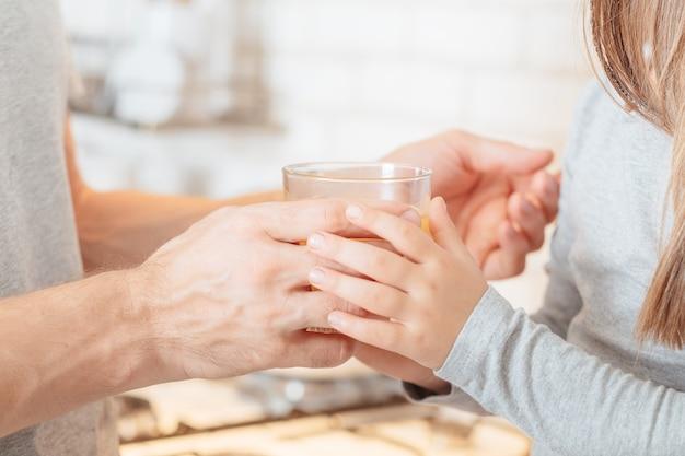 Счастливая семья. отношения отца и дочери. обрезанный снимок заботливого папы, пьющего напиток со своим ребенком.