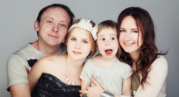 Счастливая семья. отец, мать и двое детей (3 и 10 лет)