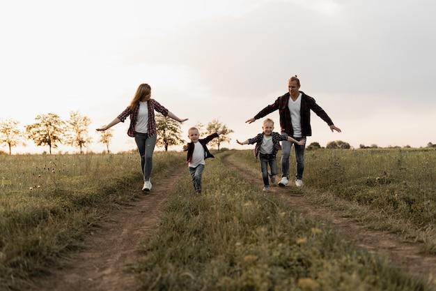 Счастливая семья, отец, мать и двое сыновей
