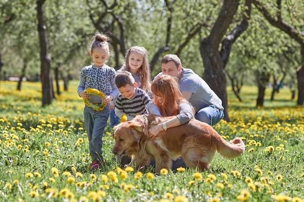 봄 공원에서 산책하는 행복한 가족 프리미엄 사진
