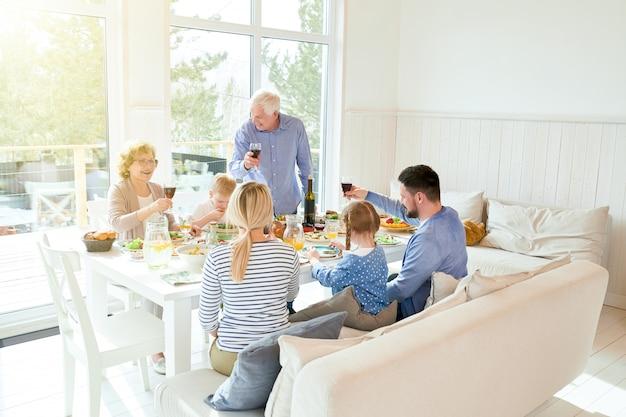 夕食の席で集まる幸せな家族